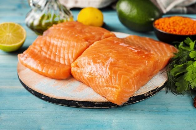Zamknij się świeżego surowego fileta z łososia ze zdrowych produktów
