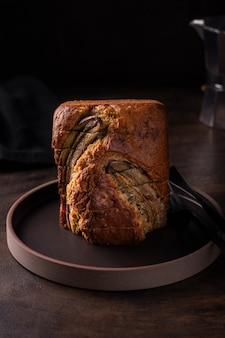 Zamknij się świeżo upieczony chleb bananowy na drewnianym stole