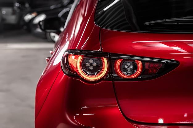 Zamknij się szczegółowo na jednym z nowoczesnych czerwonych diod led w kolorze czerwonego światła tylnego. detal zewnętrzny samochodu.
