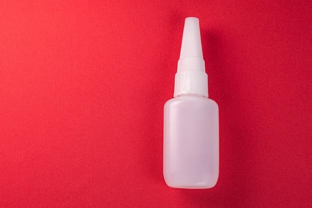 Zamknij się szczegóły butelki kleju na białym tle