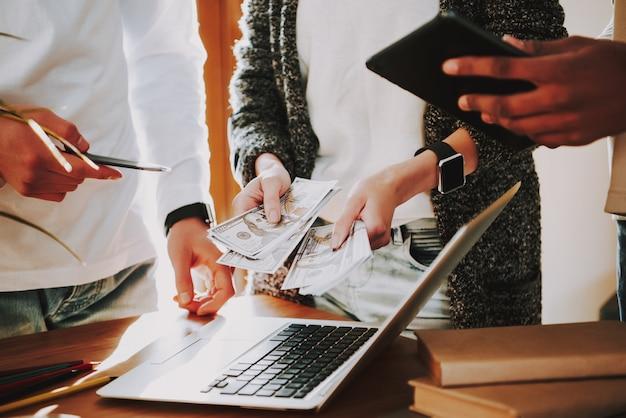 Zamknij się twórców w biurze bukiet pieniędzy w ręce womans