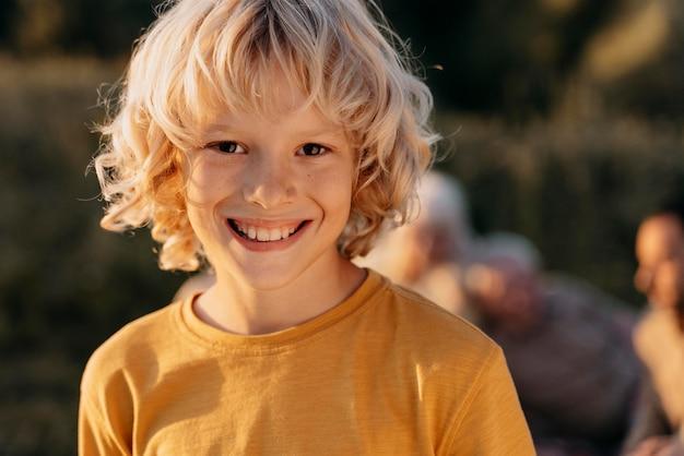 Zamknij się uśmiechnięte dziecko na zewnątrz