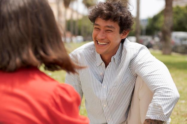 Zamknij się uśmiechnięty mężczyzna siedzący