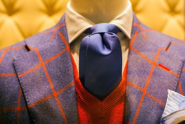 Zamknij się w męskim garniturze narażone w sklepie z ubraniami