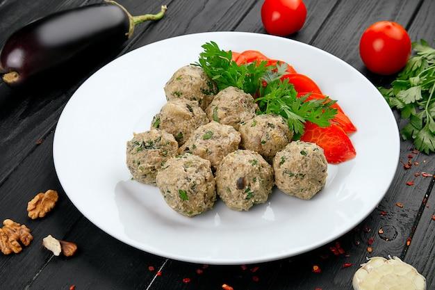 Zamknij się widok na phali. piłka wykonana z orzechów i bakłażana. gruzińska przekąska z warzywami. wegańskie jedzenie. zdrowy, dietetyczny pojęcie z kopii przestrzenią.