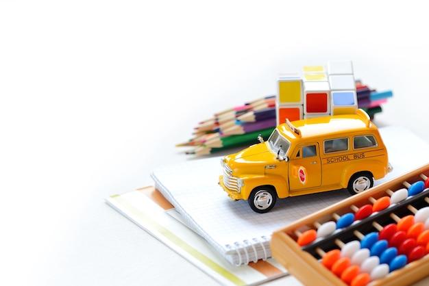 Zamknij się widok żółty autobus