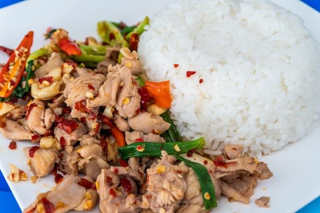 Zamknij się wymieszać smażony mielony kurczak i bazylia z ryżem jaśminowym na stole
