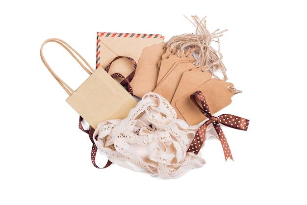 Zamknij się z ceną uwaga etykiety, wstążki, koperty, torby na prezenty i kokardki na białym tle.