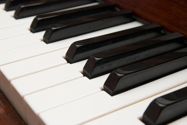 Zamknij się z czarno-białych klawiszy fortepianu