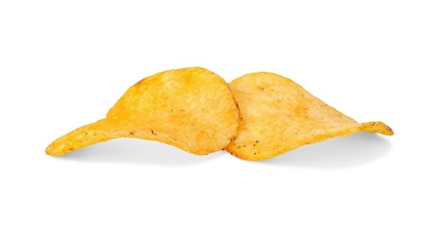 Zamknij się z dwóch chrupiących chipsów ziemniaczanych na białym tle.