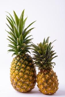 Zamknij się z dwóch dojrzałych ananasów samodzielnie