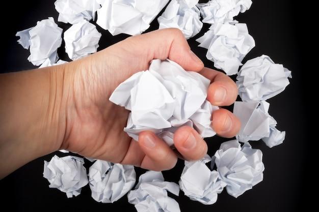 Zamknij się z gniecionego papieru w ręce biznesmena