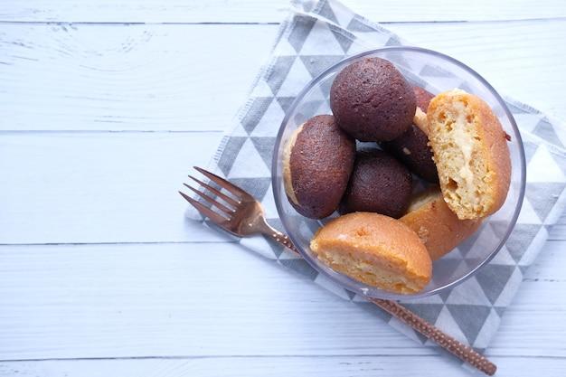 Zamknij się z indyjskich słodyczy w misce na białym stole z miejsca na kopię
