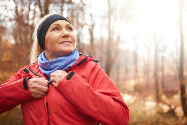 Zamknij się z kobietą starszego biegacza na zewnątrz