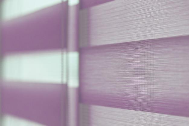 Zamknij się z kolorowej tkaniny rolety w oknie. zasłony zwijane.