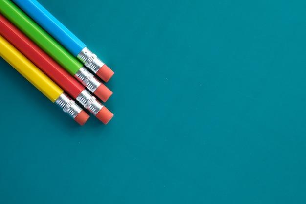 Zamknij się z kolorowych ołówków na kolor