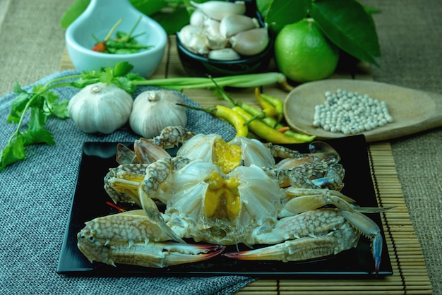 Zamknij się z kraba jajko marynowane sos rybny