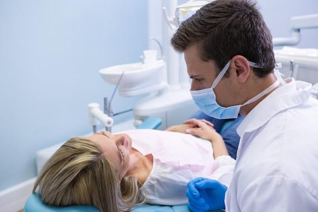 Zamknij się z lekarzem rozmawia z pacjentem