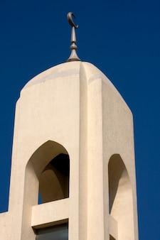 Zamknij się z minaretu na suku z przyprawami w dubaju