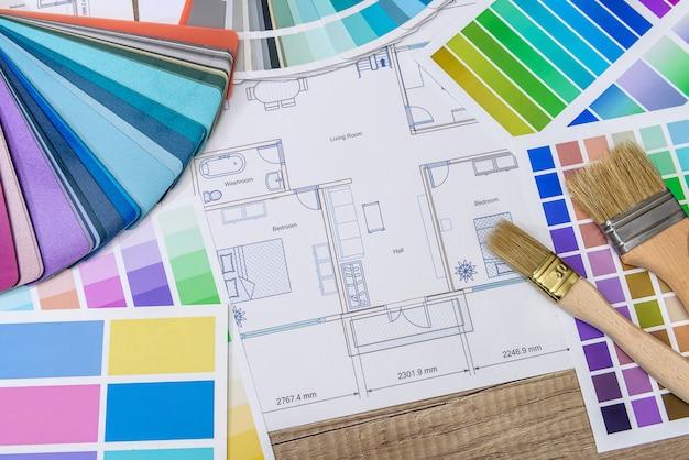 Zamknij się z modelu drewnianego domu z próbkami projektu i kolorów