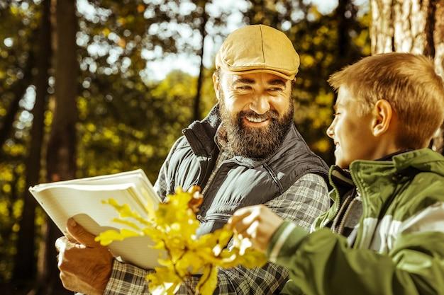 Zamknij się z nauczycielem i studentem nauki eko w parku na dobry dzień