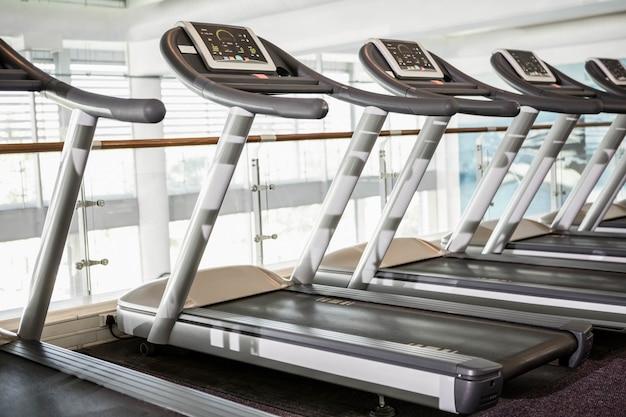 Zamknij się z niektórych bieżnie na siłowni