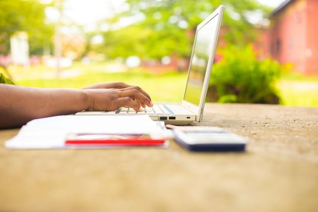 Zamknij się z panią obsługującą laptopa na zewnątrz