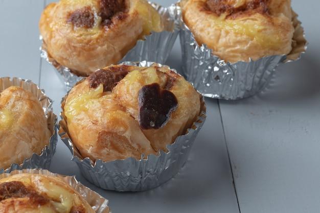 Zamknij się z piekarni i duński rozdrobnione wieprzowe na desce