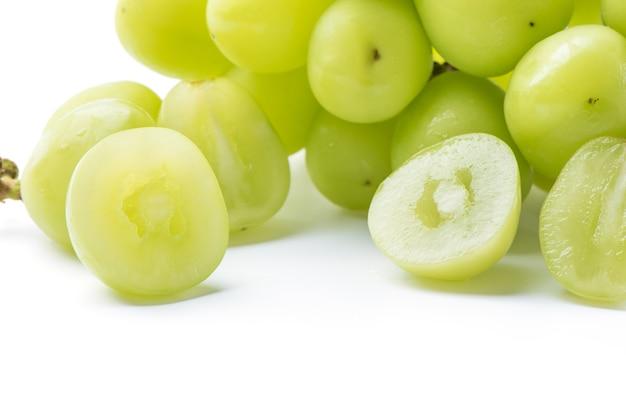 Zamknij się z pięknym shine muscat zielony winogron na białym tle