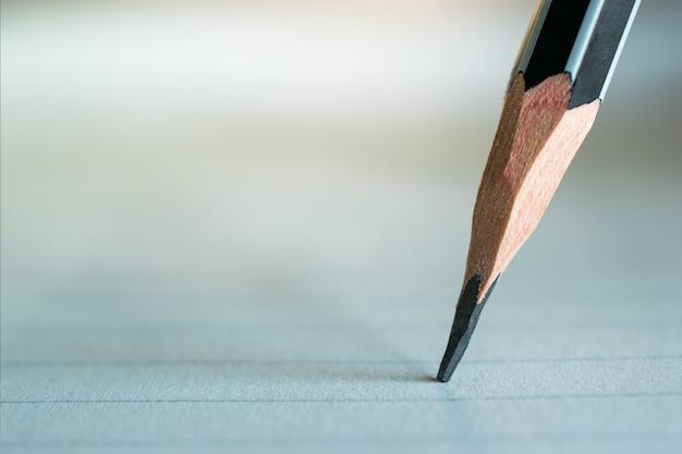 Zamknij się z pisania ołówkiem na papierze światłem.
