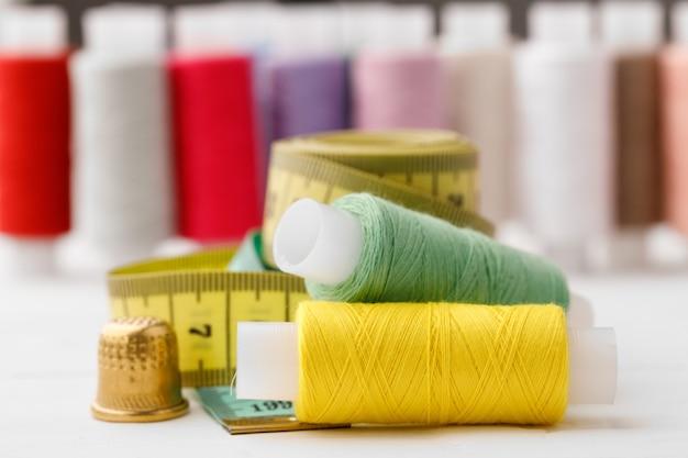 Zamknij się z powierzchni szpulek nici kolorowych cewek nici