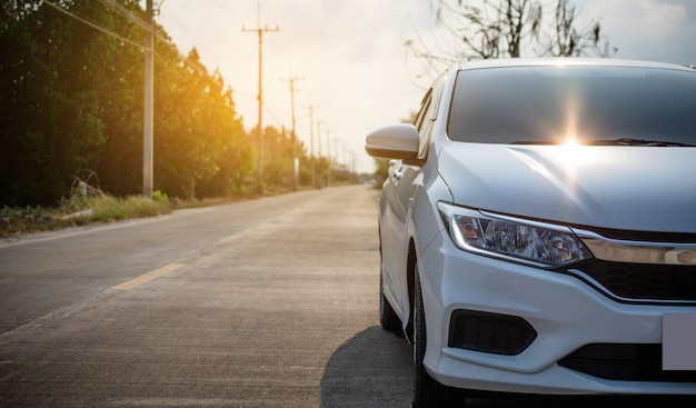 Zamknij się z przodu samochodu zaparkowanego na asfaltowej drodze