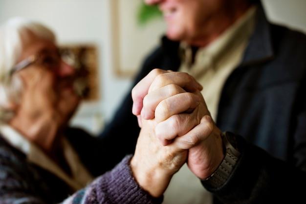 Zamknij się z rąk starszej pary, gdy tańczą
