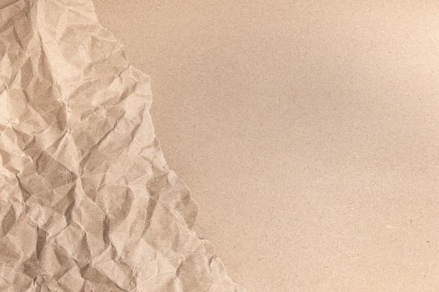 Zamknij się z recyklingu brązowe zmarszczki pogniecione stare z szorstkim tle strony tekstury papieru.