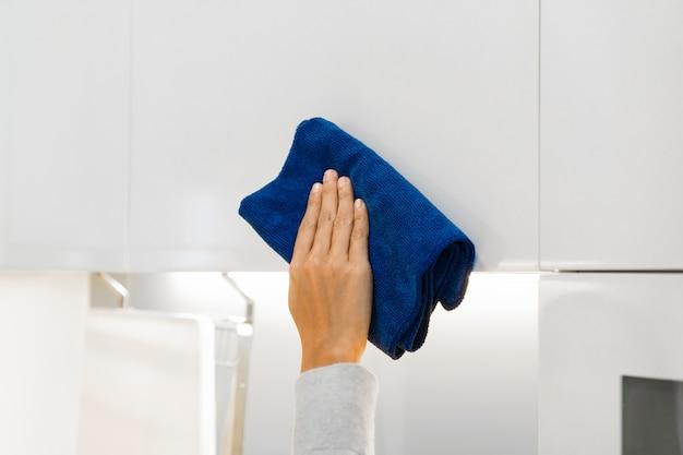 Zamknij się z ręcznego czyszczenia szafki szmatą koncepcja sprzątania domu