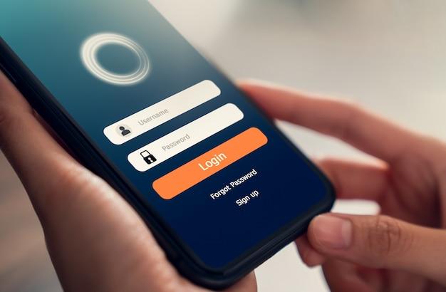 Zamknij się z ręki trzymającej aplikacje na smartfonie i ekranie z odblokowywaniem telefonów komórkowych.