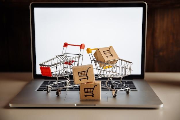 Zamknij się z wózków na zakupy na laptopie