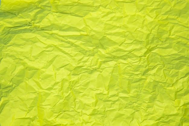 Zamknij się z zielonymi zmarszczkami zmięty stary z szorstkim tle strony papieru tekstury.