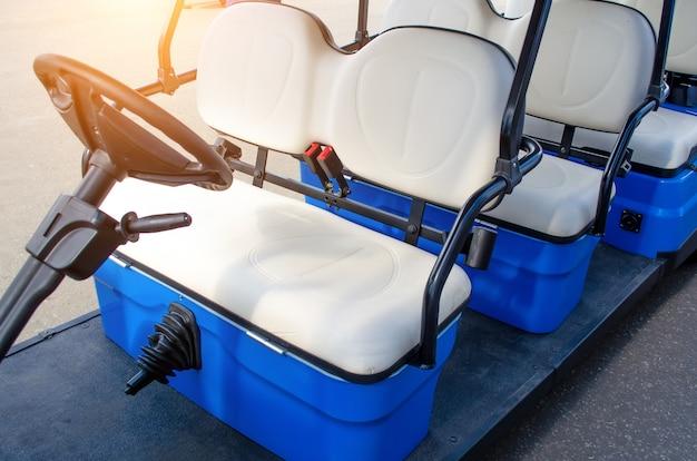 Zamknij się za kierownicą wózka golfowego zaparkowanego na chodniku.