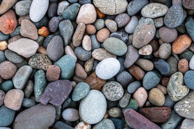 Zamknij się zaokrąglone i polerowane skały plaży. tekstura.