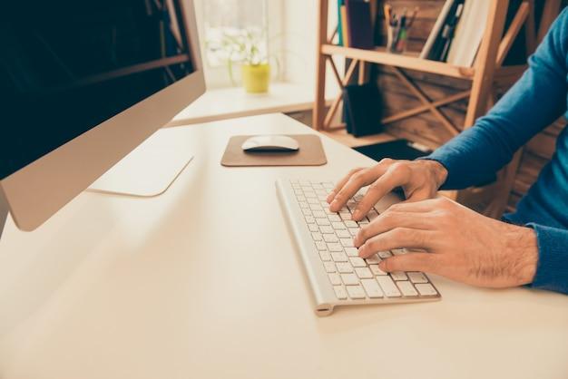 Zamknij się zdjęcie biznesmen pracy z komputerem i pisania na klawiaturze