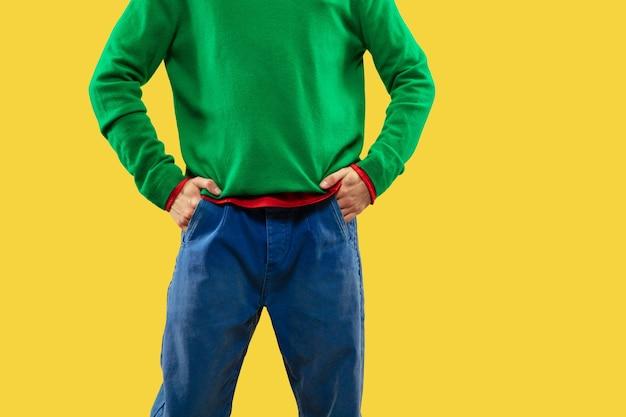 Zamknij się zdjęcie czarującego faceta w kolorowy strój na jasnym tle studio. moda, nastrój, styl, koncepcja ubrania. kultura młodzieżowa, miejsce. do sprzedaży lub reklamy
