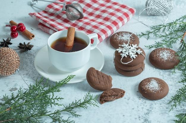 Zamknij się zdjęcie czekoladowego ciasteczka z herbatą.