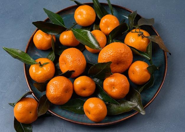 Zamknij się zdjęcie dojrzałych pomarańczowych mandarynek w wysokiej rozdzielczości, widok z góry mandarynki