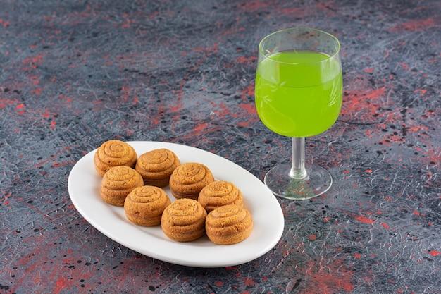 Zamknij się zdjęcie domowych ciasteczek ze szkłem, jeśli sok.