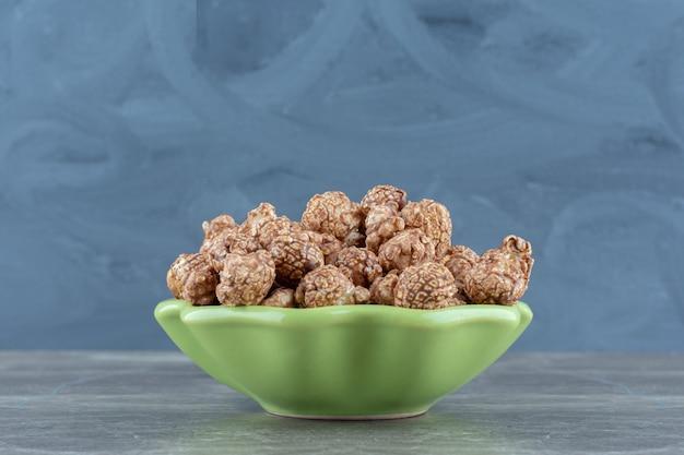 Zamknij się zdjęcie domowych świeżych cukierków w zielonej misce.
