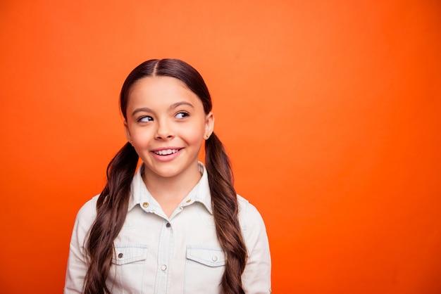 Zamknij się zdjęcie inspirowanego pozytywnego wyglądu dziecka copyspace myśleć myśli zaplanować jej idealne wakacje nosić odzież w stylu casual na białym tle jasny kolor
