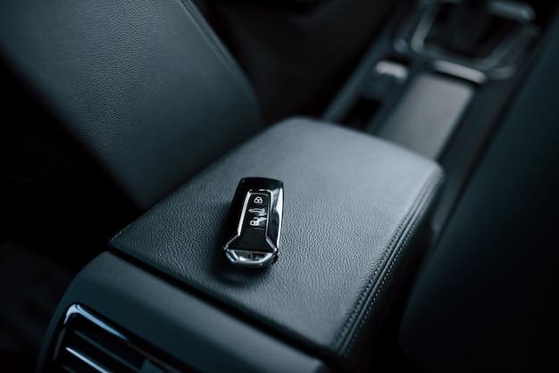 Zamknij się zdjęcie kluczy leżących wewnątrz nowego, nowoczesnego samochodu