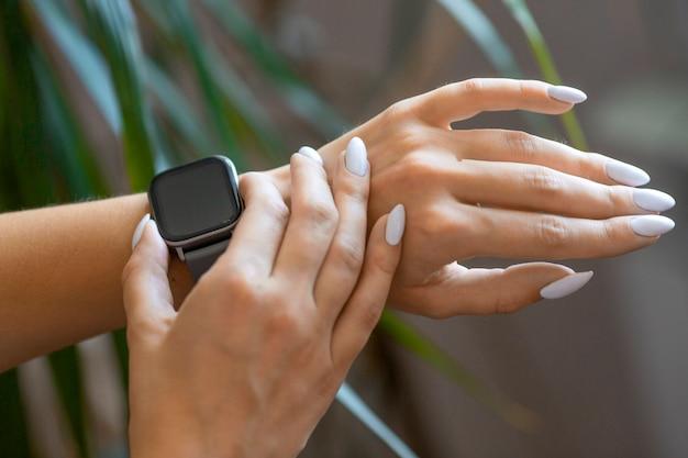Zamknij się zdjęcie kobiecych rąk z smartwatch.