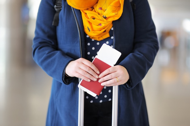 Zamknij się zdjęcie kobiety paszport i kartę pokładową na lotnisku